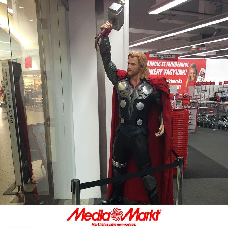 Thor, a WestEnd Media Markt védelmezője.
