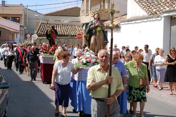 Las fiestas continúan en La Puebla de Alfindén. Este miércoles, la procesión en honor a la Virgen de la Asunción y la Misa Mayor han centrado las celebraciones. Los pregoneros de este año, la Asociación de la 3ª Edad San Roque, han sido recibidos en el Ayuntamiento de la localidad donde han firmado en el libro de honor.