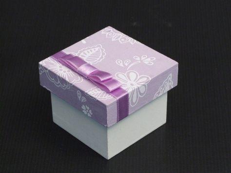 Caixa Laço Chanel Duplo     Caixa em mdf, pintada e revestida com tecido 100%algodão na tampa, com laço chanel Duplo em fita de cetim.  Fazemos as caixinhas para lembranças de padrinhos, daminhas e pajem, de acordo com a decoração do seu evento, consulte sobre outras cores e padrões de tecido.  As medidas são de 6cmx6cm.  Tag de agradecimento personalizado.  O prazo para entrega depende da quantidade.    Pedido mínimo :12 peças    Somente Sob Encomenda.    R$ 8,60  NÃO DISPONÍVEL R$8,60