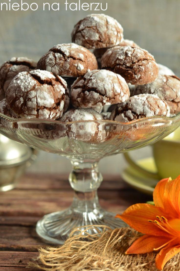 Wyglądają bardzo ciekawie, są miękkie i mocno czekoladowe w środku. Najbardziej lubię je z dodatkiem bakalii. Chrupką, popękaną skórkę zawdz...