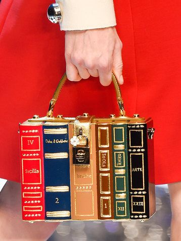 Книжная полка, золотая клетка, огромная катушка для ниток… Будущей осенью дизайнеры призывают нас дать волю своей фантазии при выборе аксессуаров!