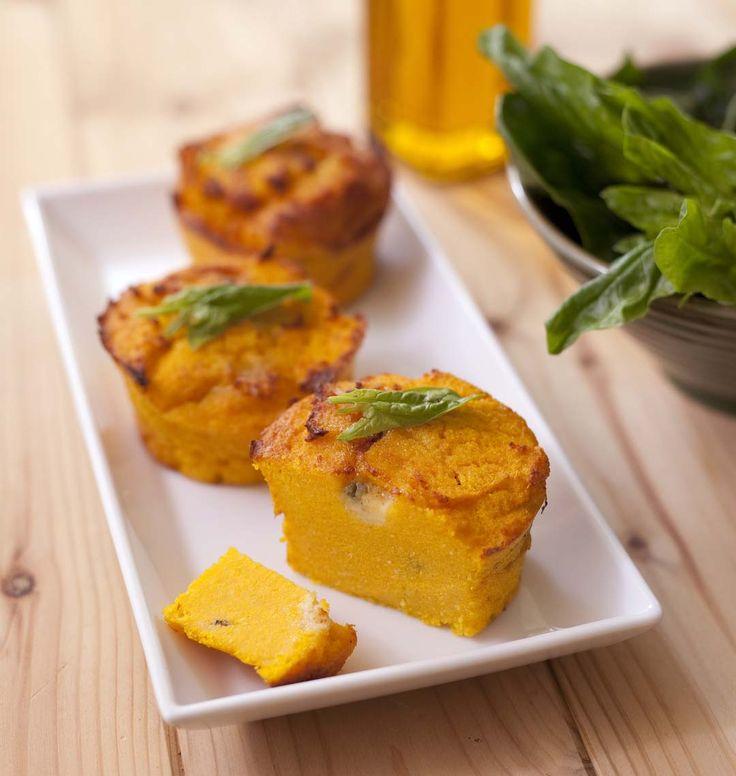 Après les flans de semoule au potimarron, je réutilise la même recette pour cette variante polenta et carotte. Le roquefort assaisonne parfaitement cet accompagnement. J'adore !