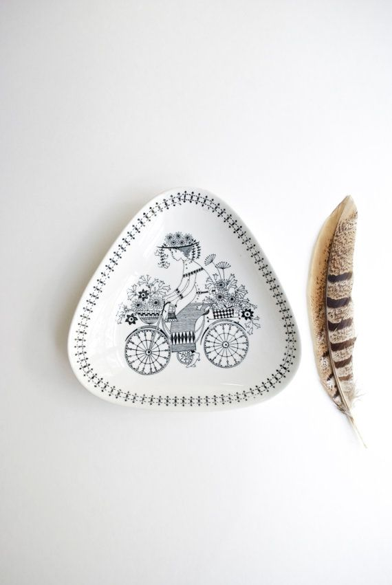 Highly collectible decorative dish expertly crafted by artist Raija Uosikkinen for ceramics maker Arabia Finland in the 1950s.