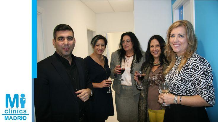 El Dr. José Antonio Nieto Hernández, médico de Madrid Norte, con la Dra. Mónica Medina, Directora Médica de la clínica, y amigas.