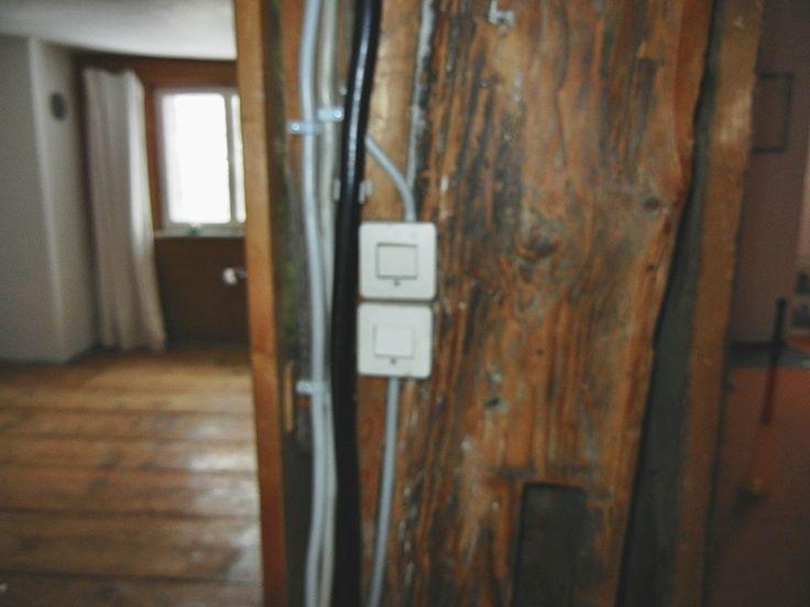 Wirre Elektroverkabelung auf Putz/Holz...auch was schönes :(