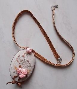 Collier ruban et pendentif brodé