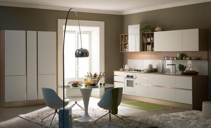 peinture murale grise dans la cuisine élégante avec des armoires blanches, table à manger et chaises en blanc
