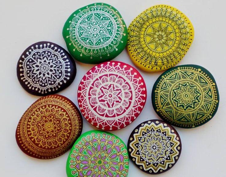 galets-décoratifs-ornés-richement-motifs-multicolores