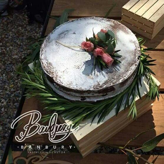 Naked cake de chocolate relleno de arequipe perfecto para un matrimonio al aire libre