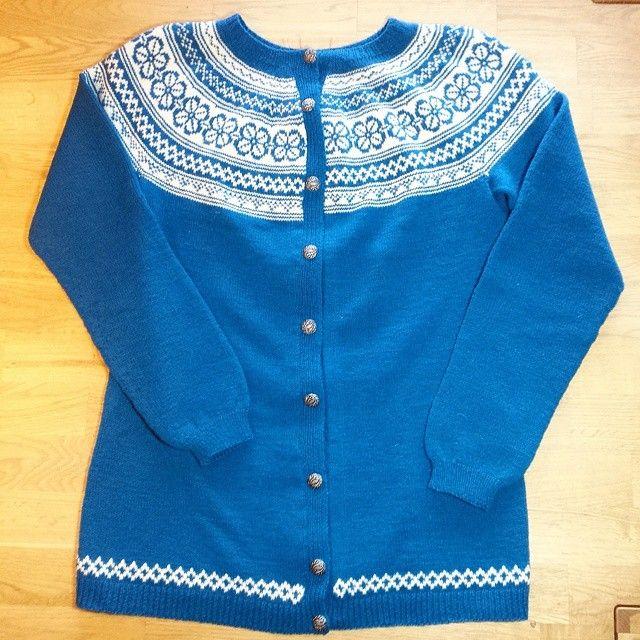 Egen vri på Bøvertunkofta strikka til mamma i bursdagsgave! Hurra hurra hurra  #kofteboken #kofte #bøvertunkofte #bøvertun #hjertegarn #highlandwool #trinessmågodt #sjøgrønn #knittingaddict #knitting_inspiration #husflid #hjemmelaga #strikkesida #strikkedilla #strikkegal #ull #selvlagetervellaget #knitwear #knit_inspo123