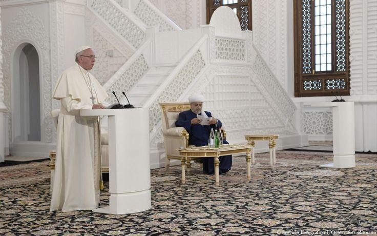 Il Pontefice in Azerbaijan ha visitato il luogo di culto dei musulmani: 'Le religioni non devono mai essere strumentalizzate e mai possono prestare il fianco ad assecondare conflitti e contrapposizioni'. FOTOGALLERY