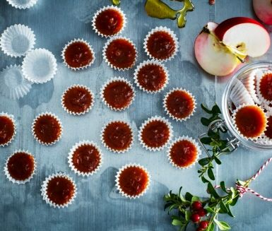 Att koka knäck är en jultradition som många älskar. I detta recept får äpple och calvados sätta ny smak på ett riktigt klassiskt julgodis. Ljus sirap och grädde är fortfarande basen i receptet men det franska äppelbrännvinet ger knäcken en spännande touch.