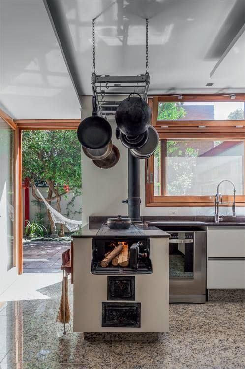 Fogão a lenha dentro da cozinha