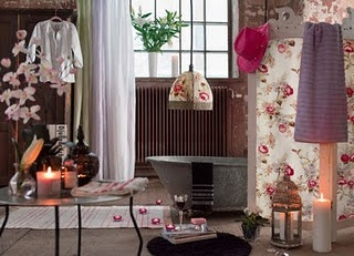 Awesome 36 Bright Bohemian Bathroom Design Ideas : 36 Bright Bohemian  Bathroom Design With White Flower Wall Pattern Bathtub Chandelier Candle  Glass Table ...