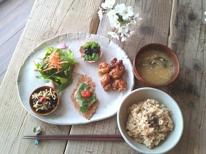 野菜たっぷりのランチは格別の味わい。カフェのキャッチフレーズ「体も心もキラキラ喜ぶ」の通り、心から満たされ、滞在中何度も通いたくなりそうですね。