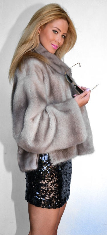 OUTLET PLATINUM ROYAL SAGA MINK FUR COAT (from the side).
