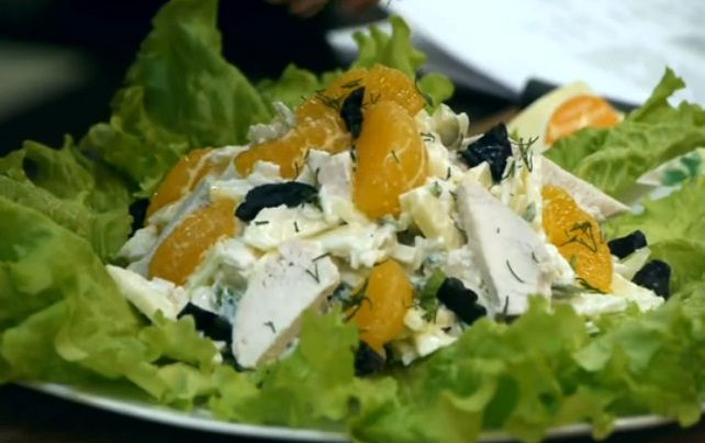 Salad with chicken and tangerines