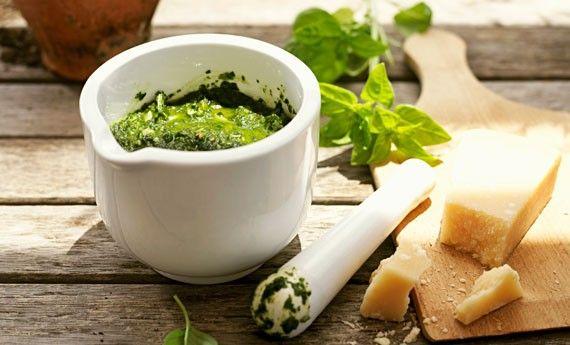 Pesto alla genovese senza aglio, la ricetta a prova di bacio - LEITV