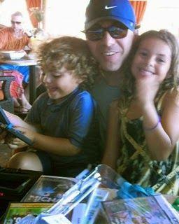 cristian+castro+en+las+playas+de+miani+con+sus+hijos