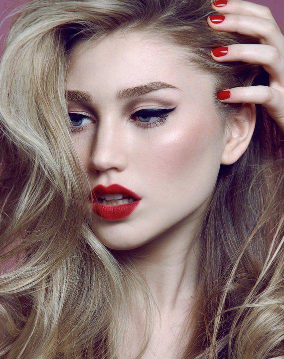 delineado duplo, batom vermelho, iluminador e blush marcado =)