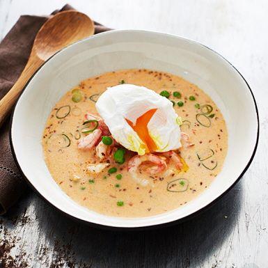 Peruansk räksoppa med underbar skaldjurssmak, gräddig lenhet och skönt chilisting. Kronan på verket är ett pocherat eller löskokt ägg. Tillsätt lite kokt ris för en matigare soppa. Smulad fetaost är också gott i.