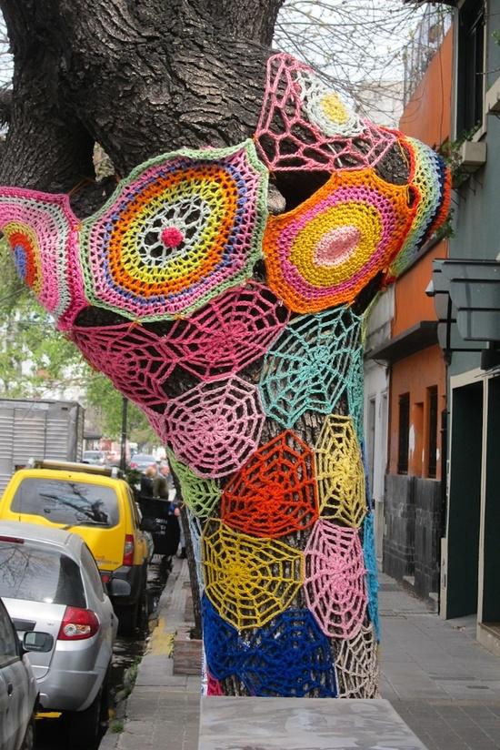 El crochet en los árboles del barrio de Palermo, Buenos Aires.
