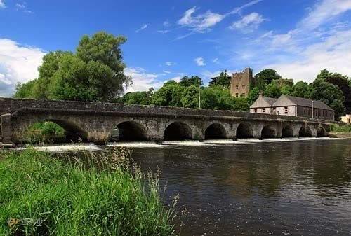Замок Ардфиннан – #Ирландия #Манстер (#IE_M) Руины замка. Закрыты для посещения. http://ru.esosedi.org/IE/M/1000443465/zamok_ardfinnan/