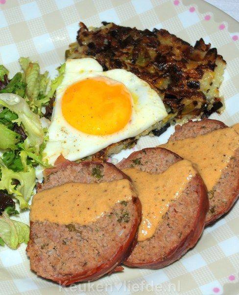 Een heerlijk gehaktbrood omwikkeld met plakjes parmaham uit de oven. De parmaham zorgt ervoor dat het gehakt niet kan uitdrogen.