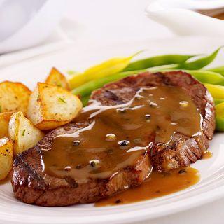 Steaks sauce au poivre, haricots verts et pommes de terre sautées