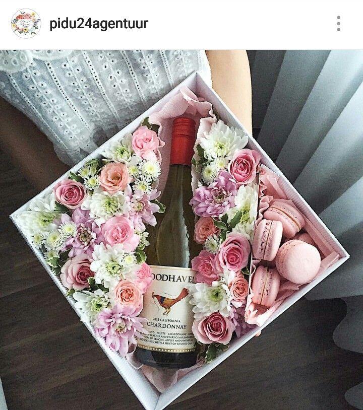 Подарочная коробочка с цветами и макаронс. Для заказа www.pidu24.eu. Karp lillede-ja macroonidega.