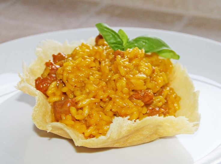 Impara la ricetta di Risotto alla Salsiccia e Zafferano in Crosta di Parmigiano e porta a tavola un piatto gustoso per i tuoi ospiti!