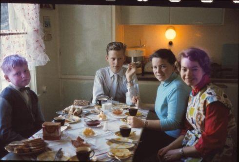 377578_NP.jpg  Søndagsfrokost med hushjelpen. Mor Evy Dahl jobbet fulltid på ostefabrikken og hushjelpene begynte og sluttet på løpende bånd. Det var med nød og neppe Edith (t.h. på bildet) ble ansatt, for hun hadde lyst hår og mørke øyenbryn, så det ble en intens diskusjon om hun brukte sminke. I så fall var det umulig å ha henne i huset.