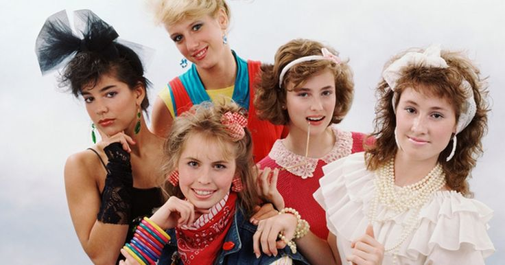 Cómo vestirse al estilo de los años 80 para chicas. Los estilos y la moda de los años 80 estaban caracterizados por estampados agresivos, colores vivos y ropa enorme. Usar muchas capas era una tendencia popular tanto en la ropa como en las alhajas. Las chicas estaban locas por tener el pelo enorme, así que usaban capas de spray para el cabello. Madonna era un ícono de la moda y casi todas las ...
