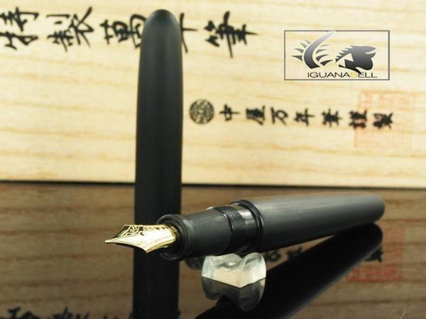 Stylo Plume Nakaya Cigar, Matière: Ebonite, Couleur: Black Hairline, Plume: Or 14k, Système d'alimentation: Convertisseur / Cartouches, Fermeture: De vissage, Longueur avec capuchon: 149 mm., Longueur du corps: 128 mm., Longueur Nakaya: Portable, Largeur: 15 mm, Poids avec capouchon: 23 gr., Poids sans capuchon: 15 gr., Garantie: 2 ans, Pays de fabrication: Japon, Convertisseur inclut: Convertisseur, Fait à la main: Sí, Matière: Laque Urushi
