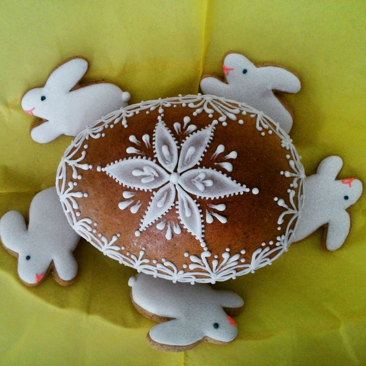 Mini bunnies with maxi egg - made of honey cookies by Honiees.