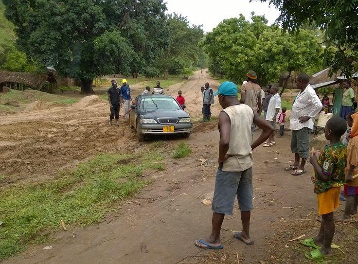 Isomman luokan riskitekijä, liikenne Afrikassa. Juuttuneena mutaan Tansaniassa.