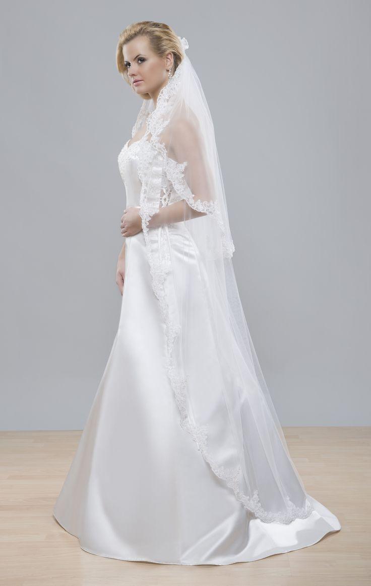 Bohatý romantický svadobný závoj z kolekcie Glamour s krajkovým lemom pri tvári, čo akoby pridáva na nežnosti tváre.