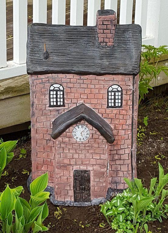 Huset, omtalt som skolen. Mange små detaljer som takrenne,dørhåndtak, ol