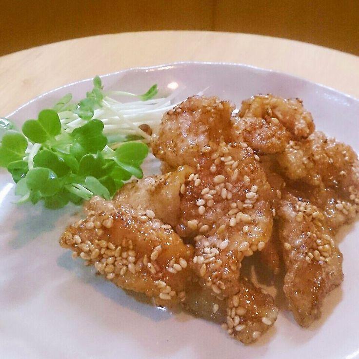 片栗粉をつけて冷凍していた鶏皮(半分位に縮むので大きめのまま)を揚げ、フライパンに麺つゆ、酒、味醂、鷹の爪のタレを一煮立ちさせ、鷹の爪は取り除き、鶏皮を入れ、鶏皮がタレを吸い終わる頃に、手早く胡麻を入れ絡めたら完成。カリカリにしたいので、タレは少し少な目で。冷えて更にカリッと美味!