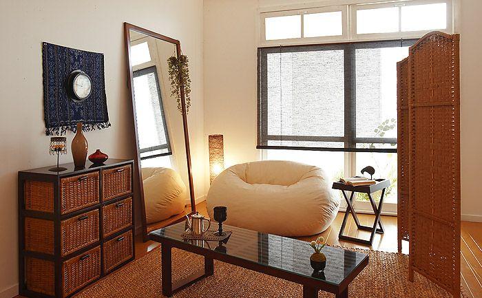 アジアンテイストで落ち着くお部屋。大きめの姿見は、部屋を大きく見せるのにも一役買ってくれるかも。