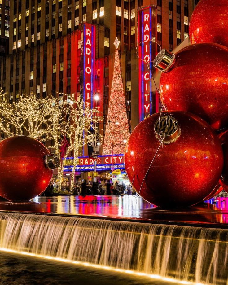 Absolutely love NYC during the holidays. Where are your favorite place to be during the holiday season?  Photo via @matthewchimeraphotography #newyork #nyc #newyorkcity #happyholidays #holidaytime