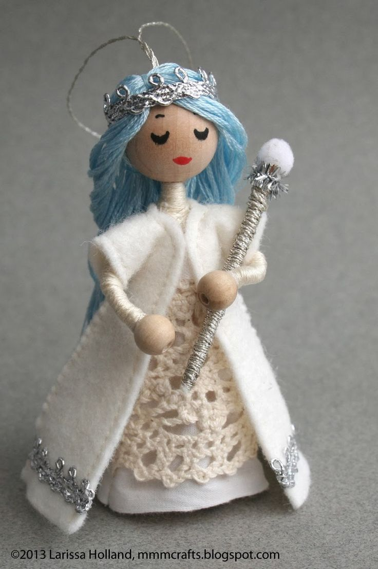 mmmcrafts: I am the Frost Queen...It was made using my Wee Princess Pea pattern with no mods except for the addition of the snowball scepter and hanging loop. Just thread a hanging loop through the bead before you attach the head and the glue holds it in place.