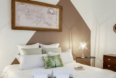 Tables gigogne Chehoma, cadre et carte ancienne chinés, commode Ikea customisée, peinture taupe la Palette.
