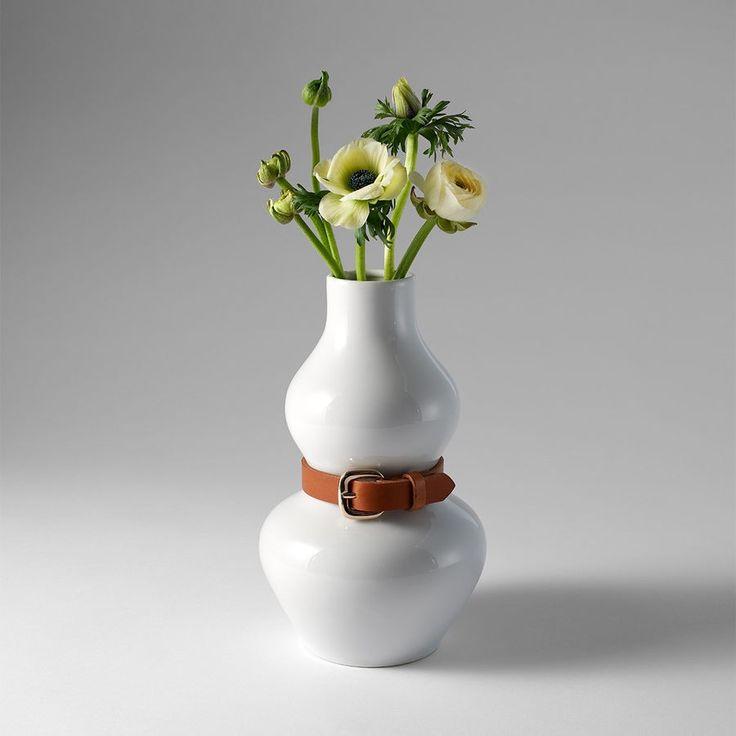 Ihr design beruht auf einem größeren modell das anna kraitz ursprünglich für eine ausstellung produzierte der gürtel der um die vase