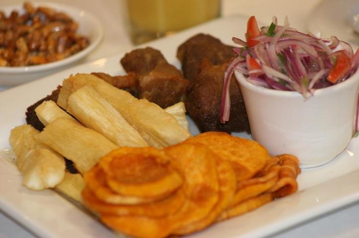 Chicharrón de chancho, camote, yuca y salsa criolla ...