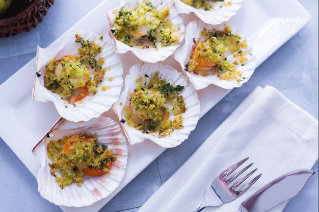 Le capesante gratinate sono un antipasto molto originale e saporito da preparare, ottimo per cene e occasioni particolari!