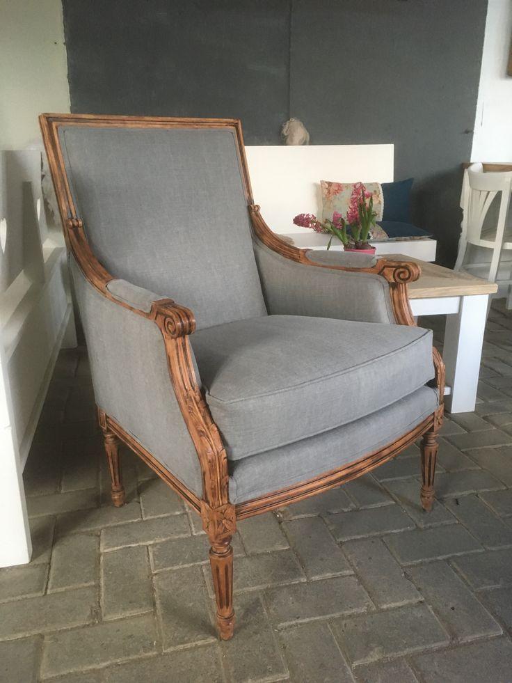 Een klassieke Fauteuil, gestoffeerd met een mooie grijze stof. Het houtwerk is opnieuw bewerkt. De stoel heeft een mooie landelijke uitstraling.