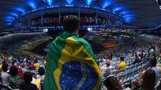 Image copyright                  Getty Images Image caption                                      Unos 80.000 espectadores asisten al estadio Maracaná para la ceremonia de apertura. Brasil destinó US$85 millones para las ceremonias de apertura y clausura.                                ¡Río 2016 ya está en marcha! La ceremonia inaugural de los primeros Juegos Olímpicos en América del Sur inició este viernes, con toda la música, la ale