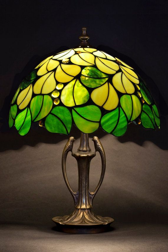 Stained table lamp. Green leaves lampshade. Tiffany table lamp. Stained glass…                                                                                                                                                                                 Más