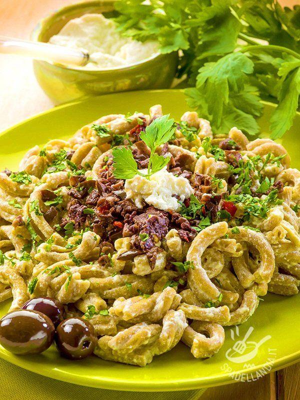 Pasta with ricotta cheese and olives - Le Casarecce con ricotta e paté di olive sono un primo squisito e fresco. Potete sostituire metà delle olive con dei pomodori secchi, se gradite!